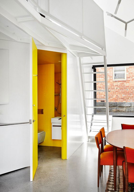 Яркий интерьер дома Alfred. Санузел отделан ярко-жёлтым цветом
