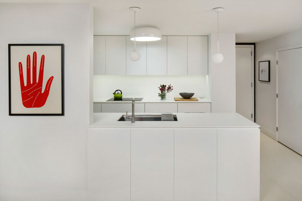Интерьер кухни в белом цвете с яркими вкраплениями