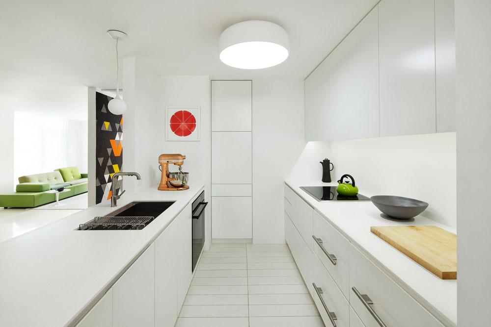 Двурядная кухня в белом цвете