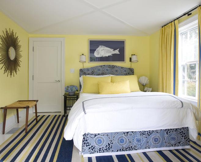 Очаровательное оформление небольшой спальни в сине-желтых цветах