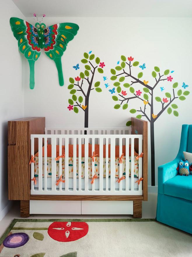 Яркие акценты в небольшой комнате для новорожденного