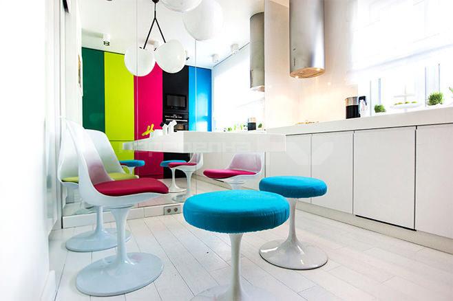 Разноцветная яркая мебель в белоснежной кухне