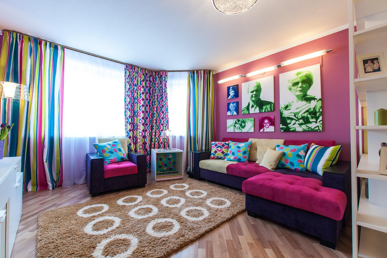 Яркие цвета в оформлении гостиной