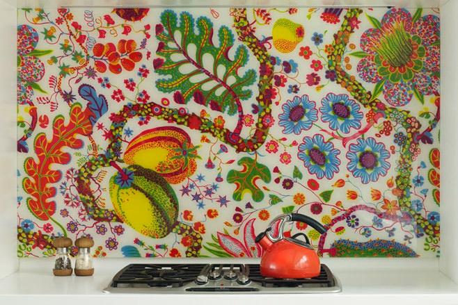 Радужный фартук в интерьере маленькой кухни