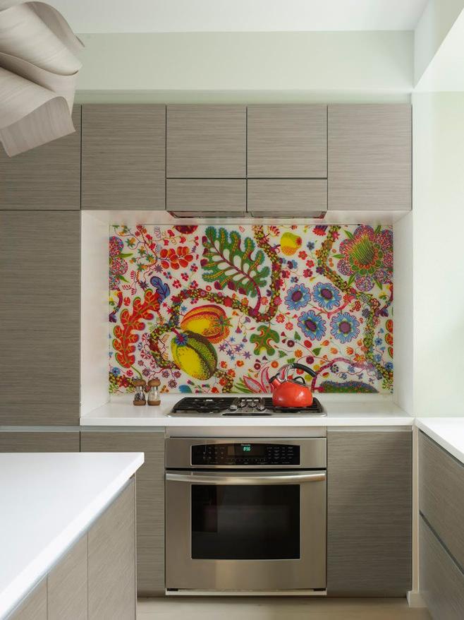 Яркий фартук в интерьере маленькой кухни