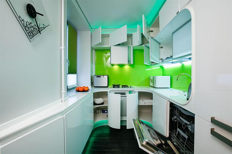 Белая кухня, разбавленная зелеными акцентами