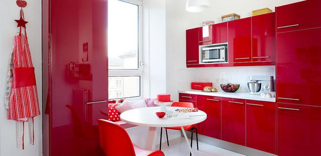 Сочный дизайн красно-белой кухни