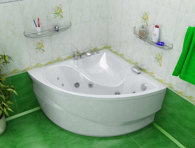 Белоснежная угловая ванна на фоне зеленой плитки