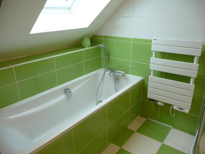 Салатовая ванна в мансардной комнате