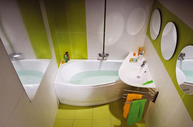 Яркий дизайн салатово-белой ванны