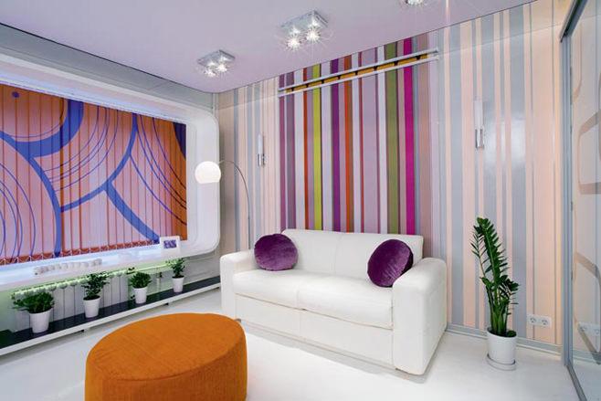 Разноцветные обои в маленькой гостиной