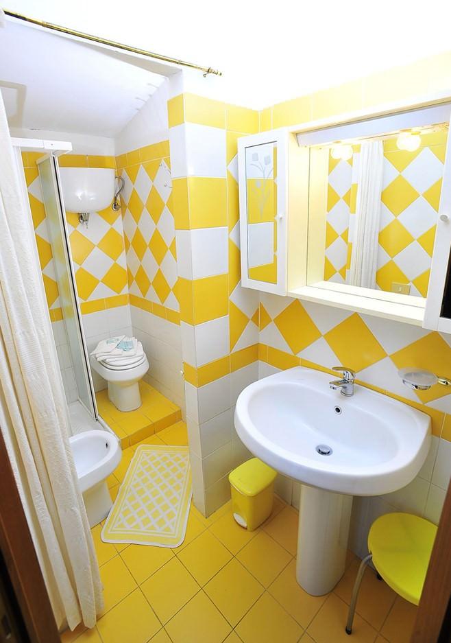 Солнечное оформление ванны в жёлтом цвете