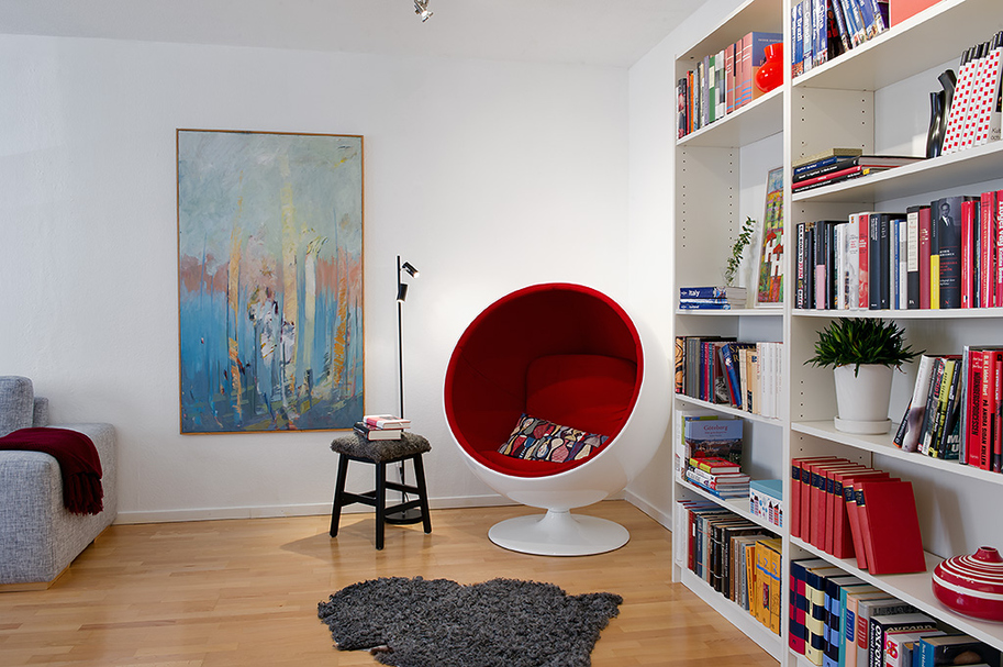 Круглое кресло и книжный стеллаж