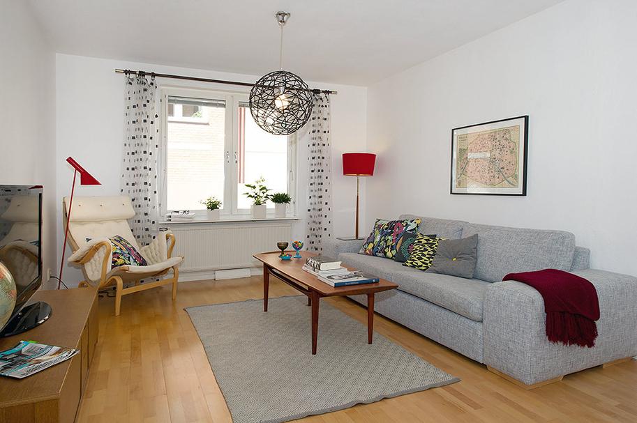 Серый диван в белой гостиной