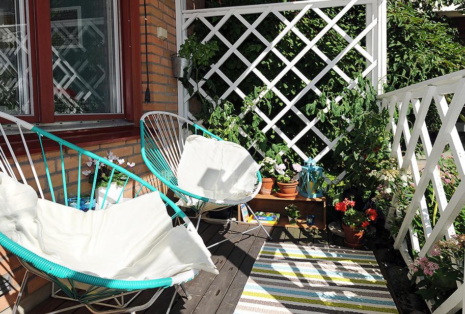 Бирюзовые кресла на балконе