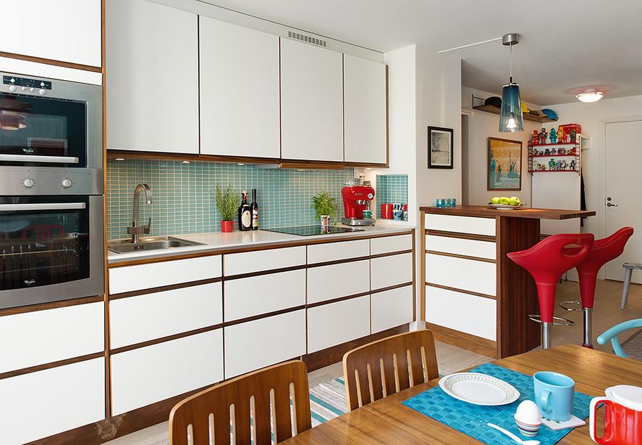 Кухня с маленькой барной стойкой