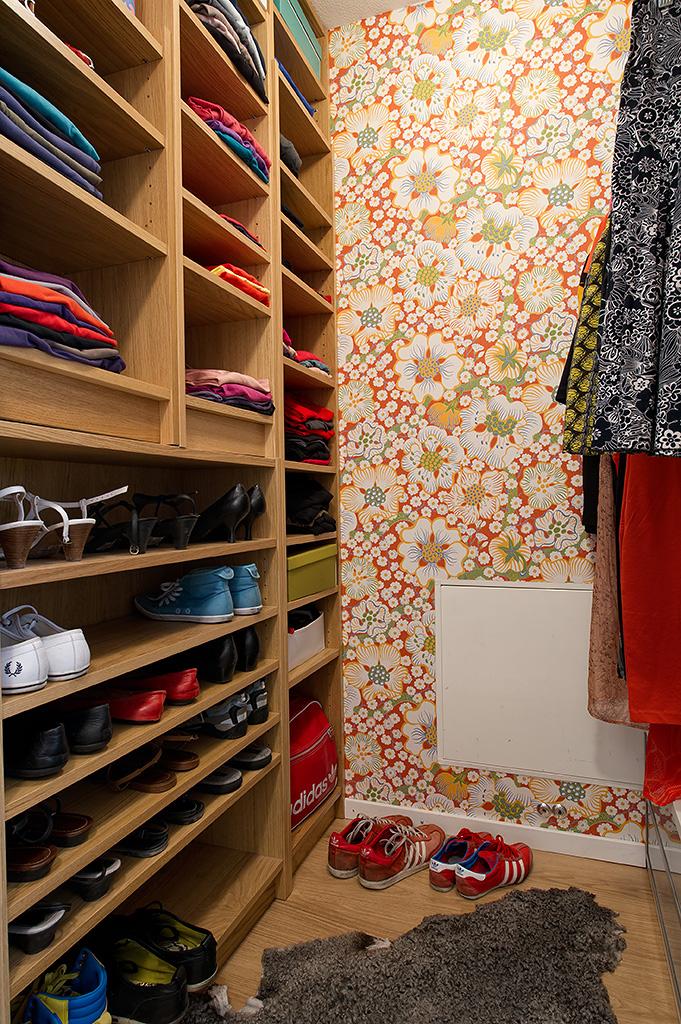 Обои с цветочным узором в гардеробной