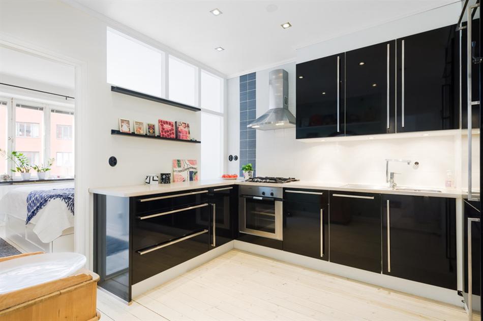 Глянцевая кухонная мебель в чёрном цвете