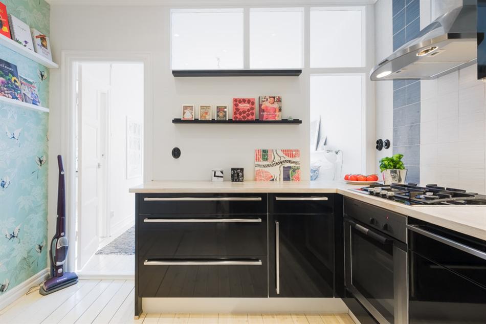 Угловая кухня в чёрном цвете