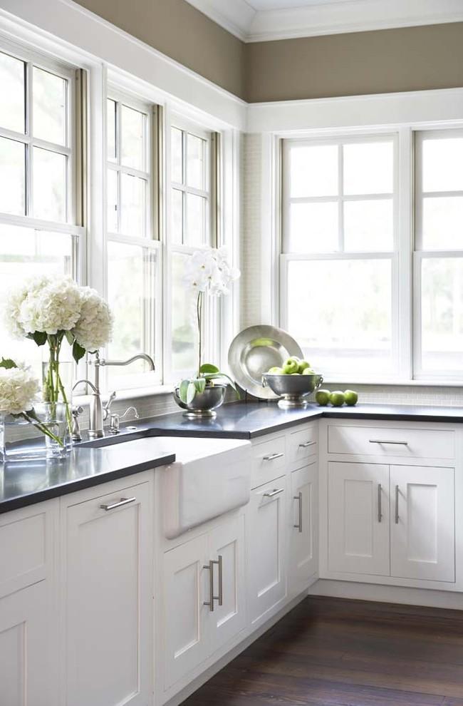 Антикварная посуда в интерьере кухни