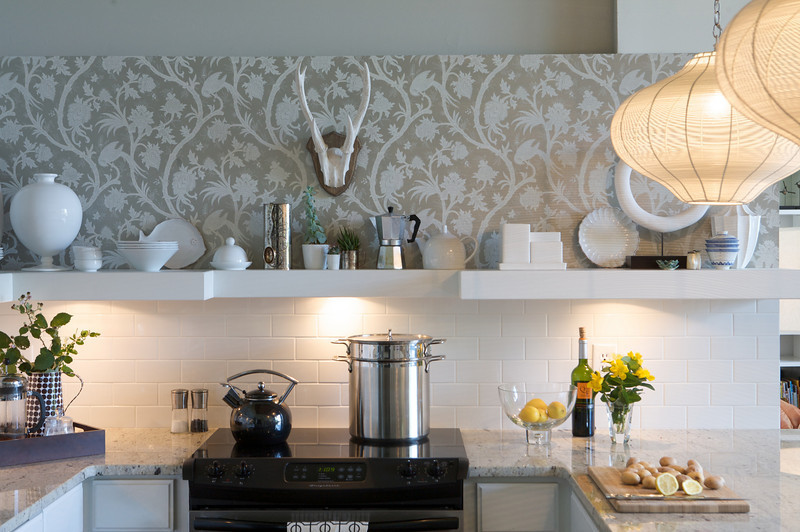 Стена с узором на кухне
