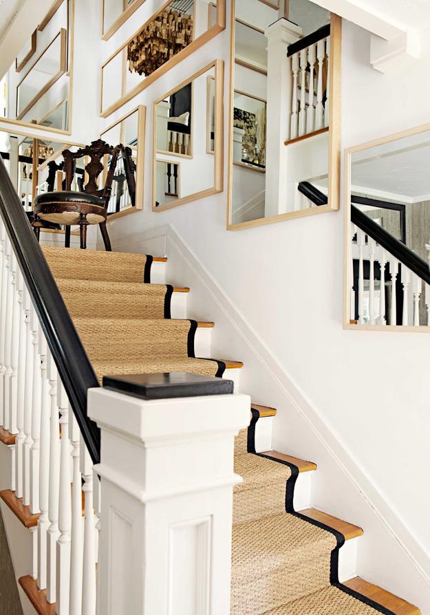Зеркала на стене вдоль лестницы