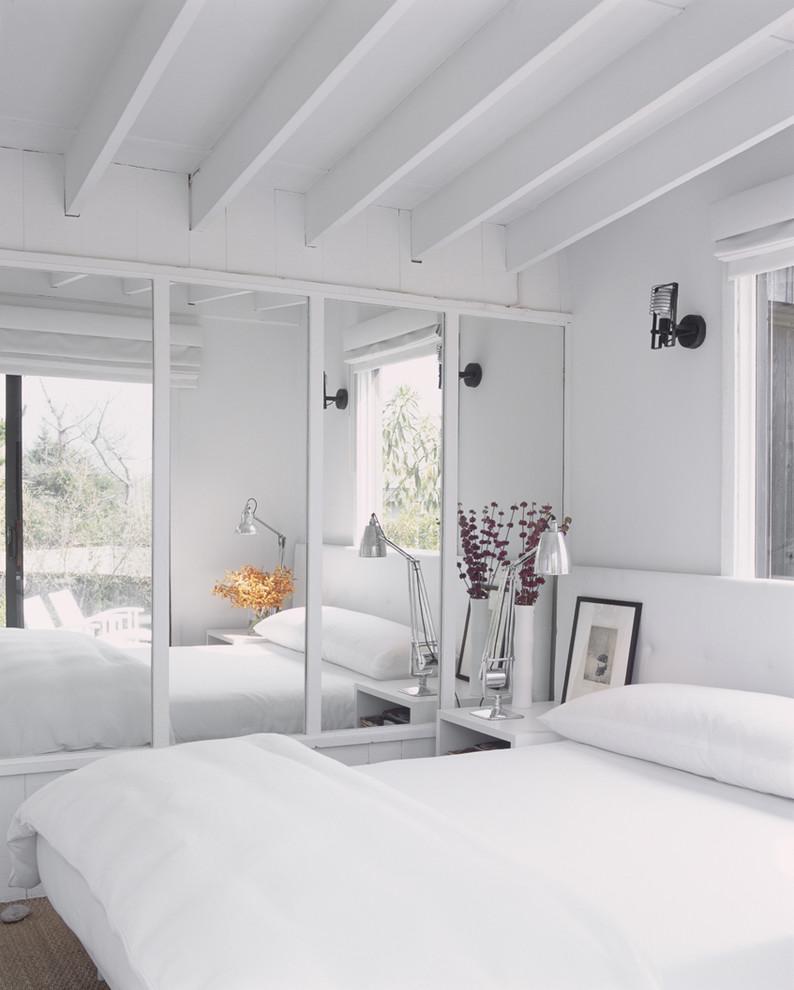 Зеркало в современном интерьере белой спальни
