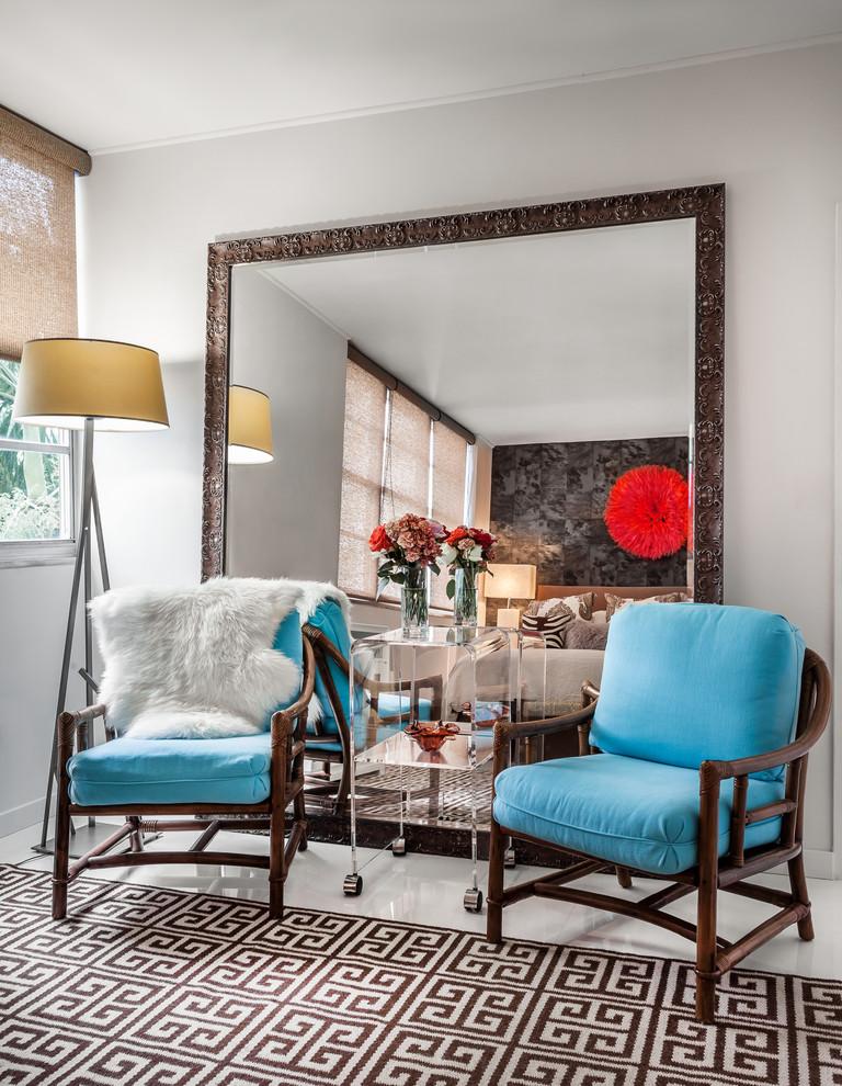 Большое зеркало в современном интерьере спальни