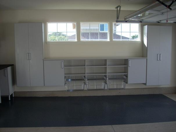 Корзины и шкафы на стене в гараже