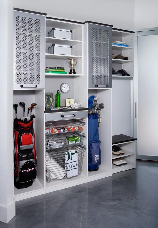 Стеллаж для спортивных вещей в гараже